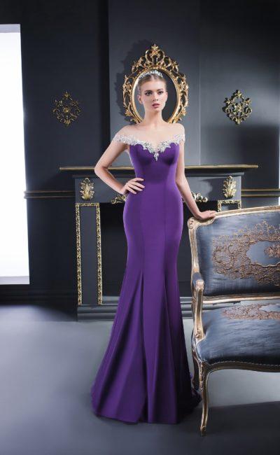 Фиолетовое вечернее платье с роскошным серебристым декором из бисера на лифе.