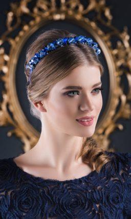 Синее вечернее платье с длинным кружевным рукавом и юбкой до лодыжек.