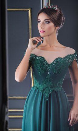 Изумрудно-зеленое вечернее платье с объемной юбкой и кружевом на лифе.