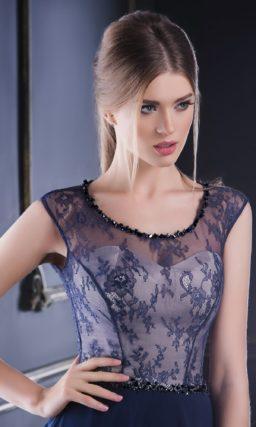 Синее вечернее платье с белым корсетом под тонкой ажурной тканью.