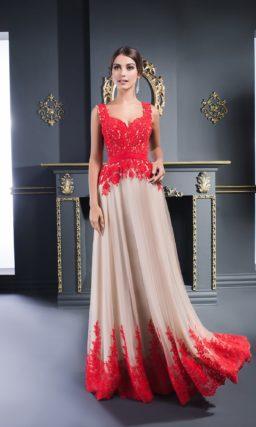 Бежевое вечернее платье с многослойной юбкой, украшенное алым кружевом.