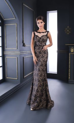 Элегантное вечернее платье облегающего силуэта, украшенное черным кружевом.