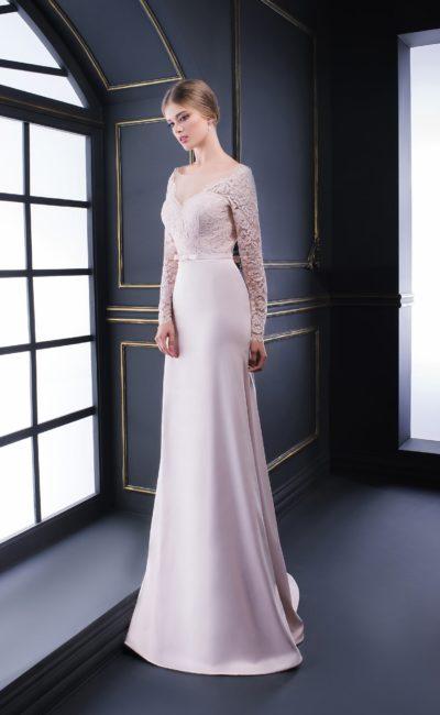 Атласное вечернее платье с V-образным вырезом и рукавами из кружева.