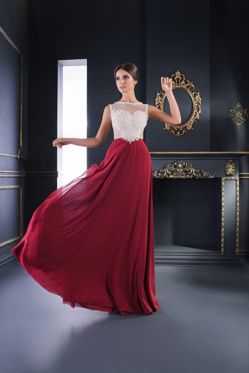 Оригинальное вечернее платье с бордовой юбкой и белым кружевным верхом.