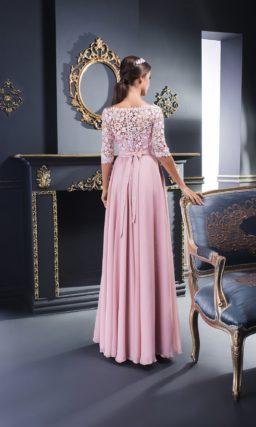 Розовое вечернее платье лаконичного прямого кроя с кружевным рукавом.