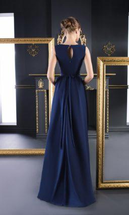 Темно-синее вечернее платье с изящным вырезом и узким сияющим поясом.