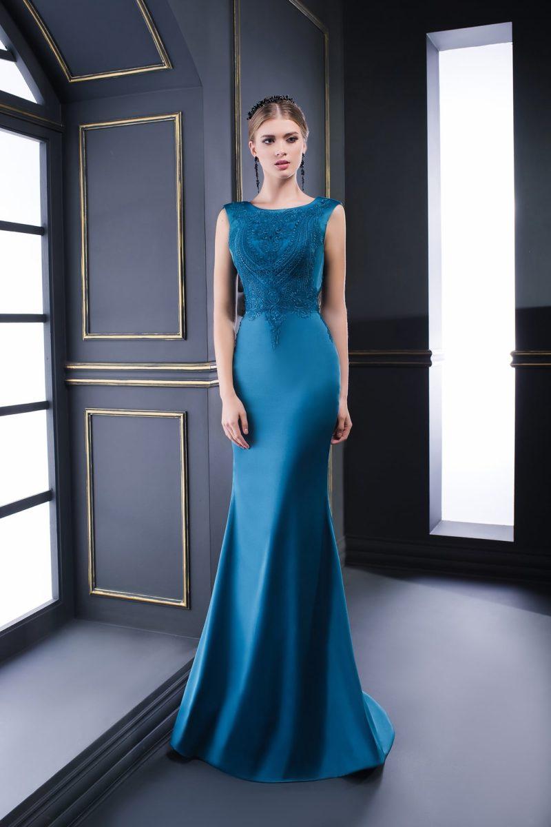 Синее вечернее платье, облегающее фигуру, с лифом с фактурным узором.