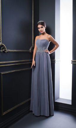 Вечернее платье серого цвета с прямой шифоновой юбкой и бисером на талии.
