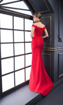 Алое вечернее платье с юбкой-годе и фигурным вырезом с бретелями на предплечьях.