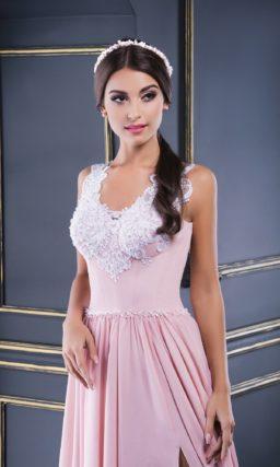 Вечернее платье розового цвета с разрезом по подолу и аппликациями на лифе.