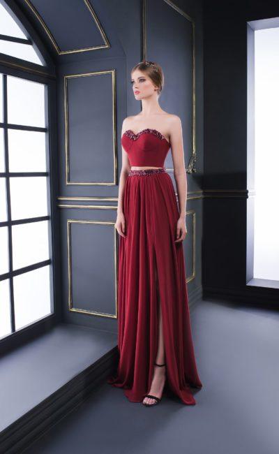 Бордовое вечернее платье с укороченным топом, декорированное бисерной вышивкой.