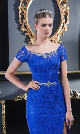 Синее вечернее платье с округлым вырезом, коротким рукавом и разрезом на юбке.