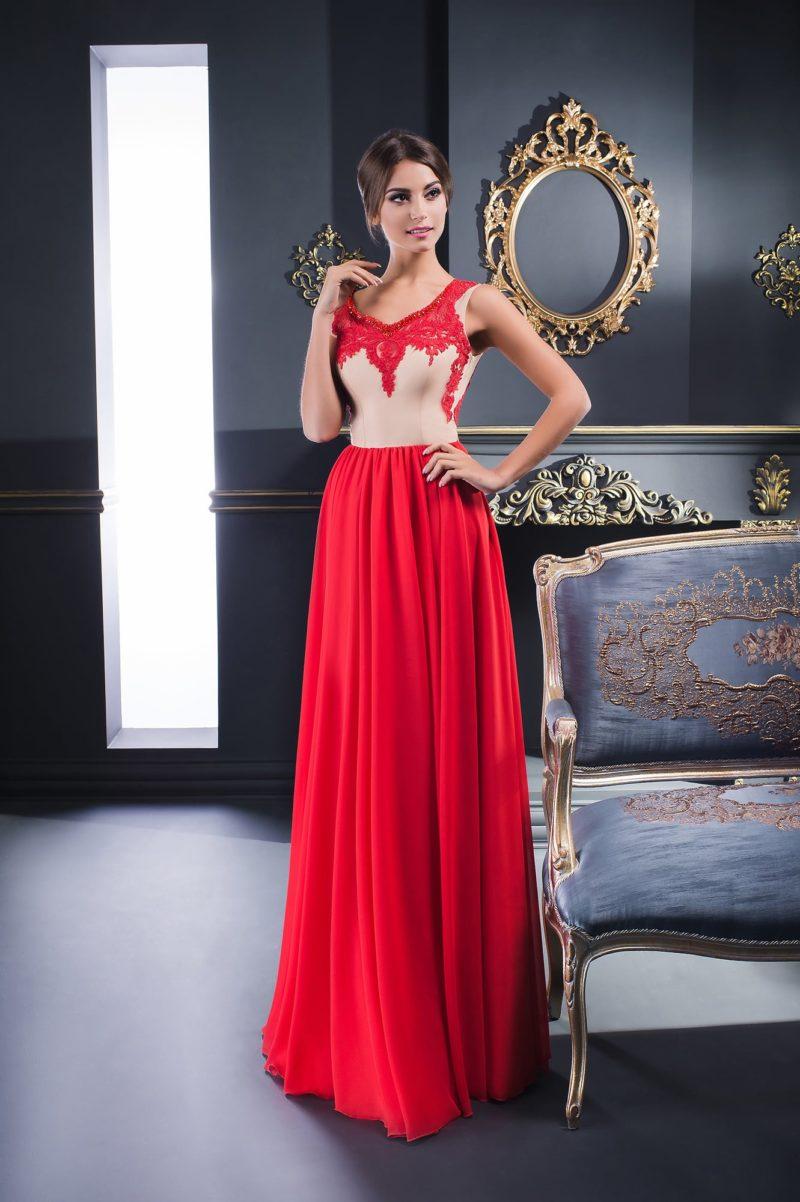 Вечернее платье с прямой красной юбкой и корсетом бежевого цвета.