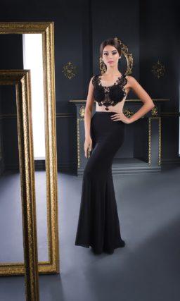 Черное вечернее платье с полупрозрачным верхом с фигурными аппликациями.