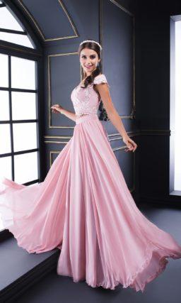 Вечернее платье розового цвета с кружевным укороченным топом.