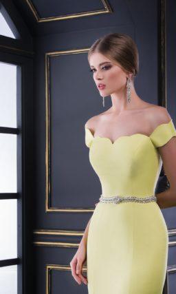 Вечернее платье с юбкой годе и изящным вырезом, выполненное из плотной желтой ткани.