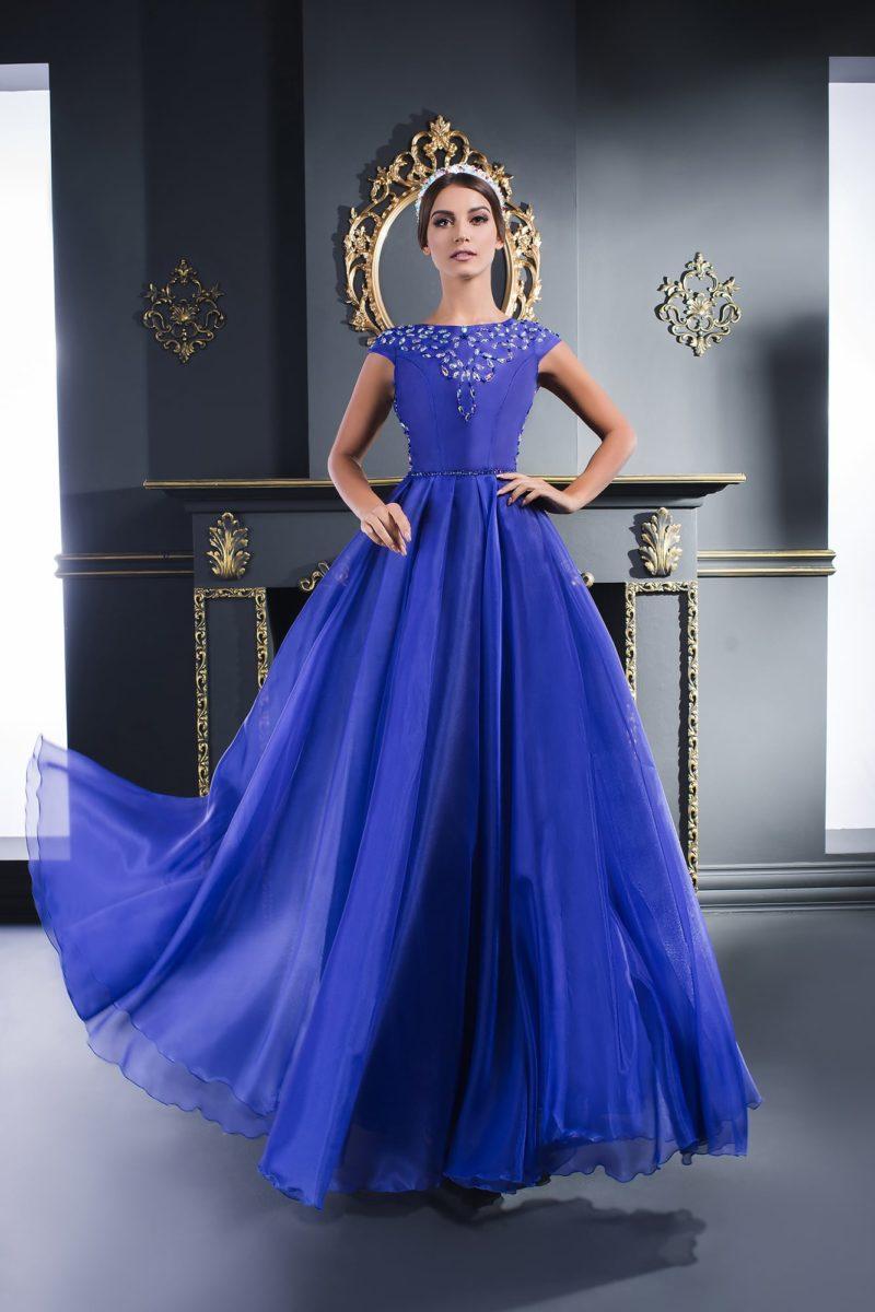 Синее вечернее платье с многослойной пышной юбкой и бисером на лифе.