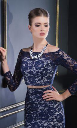 Вечернее платье «рыбка» с белой подкладкой, покрытое плотным синим кружевом.