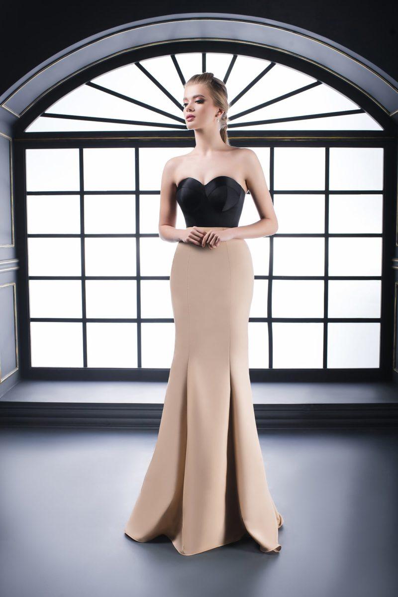 Вечернее платье с бежевой юбкой, черным корсетом и кружевным болеро.