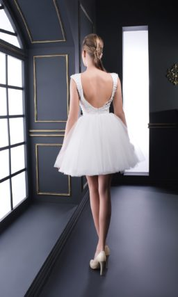 Вечернее платье с бисерным декором верха и короткой пышной юбкой.