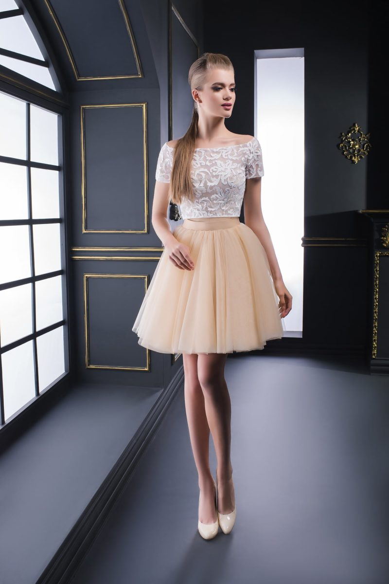 Вечернее платье с укороченным топом с портретным вырезом и юбкой до середины бедра.