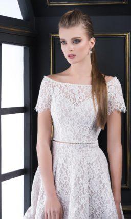Кружевное вечернее платье с короткой юбкой и оригинальным топом.