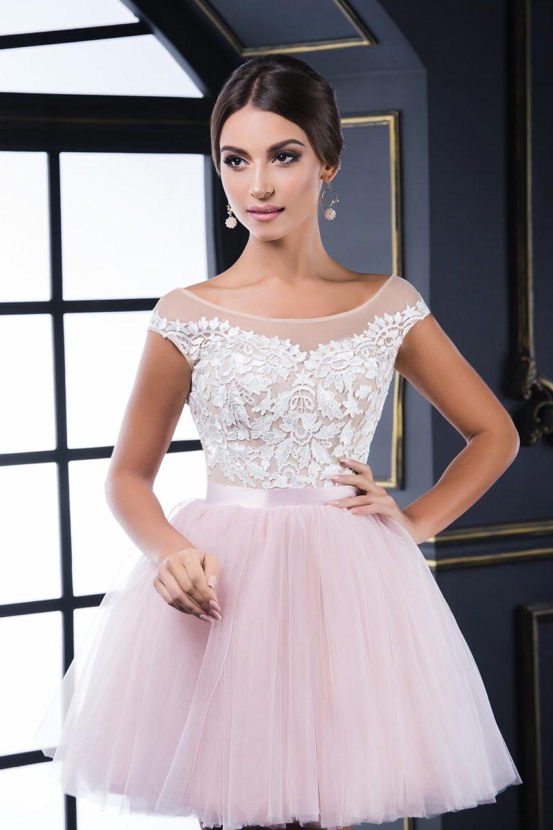 Пышное вечернее платье нежного розового оттенка с узким глянцевым поясом.