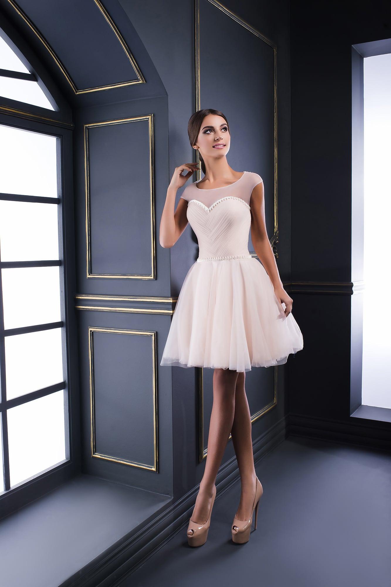 03cfe9e83de Короткое вечернее платье с многослойной юбкой и тонким декором корсета.