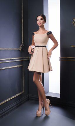 Короткое вечернее платье персикового цвета с фигурным черным поясом.