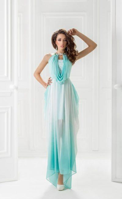 Голубое вечернее платье прямого кроя с оборками по лифу.