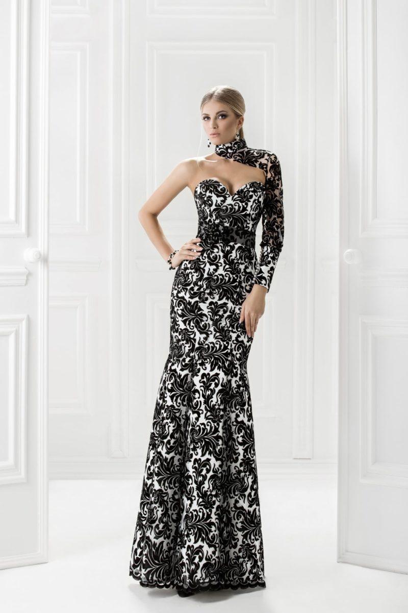 Вечернее платье «рыбка» с асимметричным верхом, покрытое черным кружевом.
