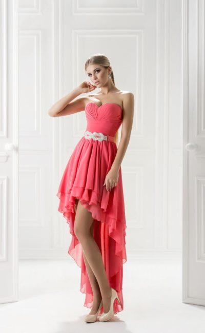 Розовое вечернее платье с пышным шлейфом сзади и вышивкой бисером на талии.