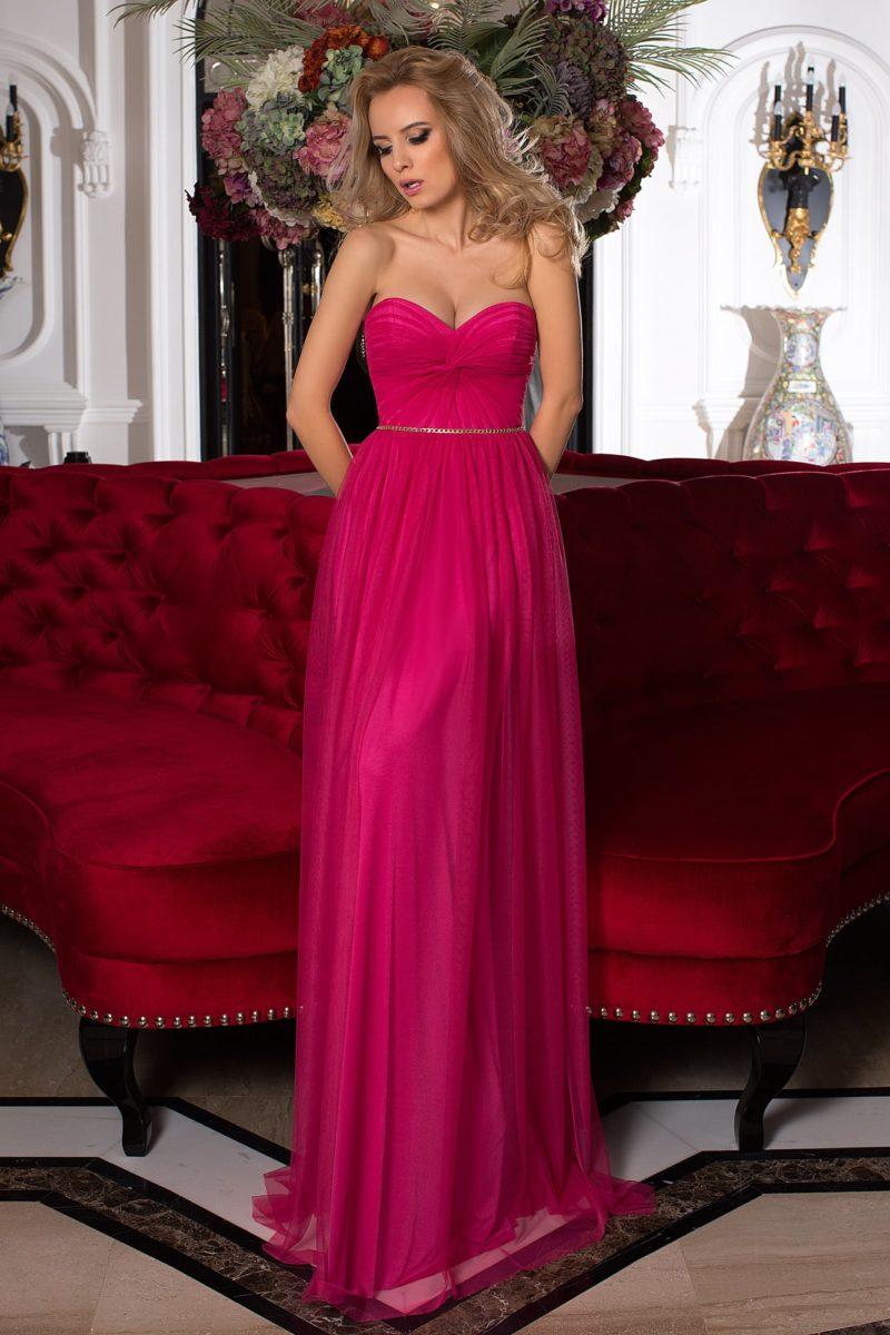 Прямое вечернее платье насыщенного малинового цвета, нежно украшенное складками ткани.
