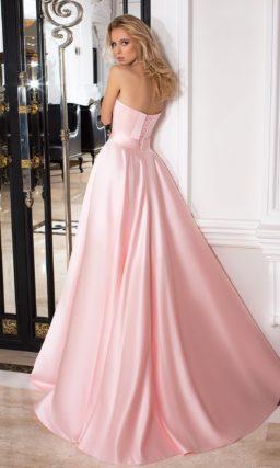 Нежное розовое вечернее платье пышного кроя с лифом в форме сердца, украшенным вышивкой.