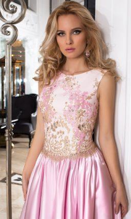 Атласное вечернее платье розового цвета, украшенное вышивкой по корсету.