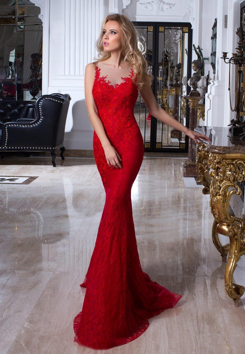 Облегающее алое вечернее платье, покрытое плотными кружевными аппликациями.
