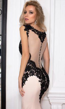 Чувственное розовое вечернее платье, эффектно декорированное черными аппликациями кружева.