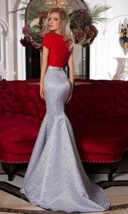 Эксцентричное вечернее платье с юбкой «рыбка» в горошек и красным топом.