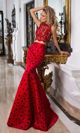 Роскошное вечернее платье с юбкой из красного атласа и топом из кружева.