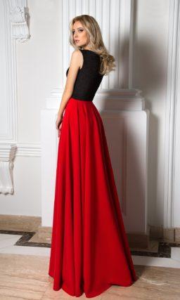 Изысканное вечернее платье с черным фактурным корсетом и яркой алой юбкой.