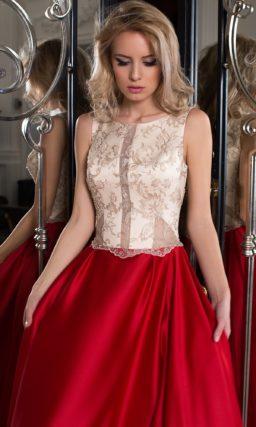 Женственное вечернее платье с красной юбкой и белым корсетом с вышивкой.
