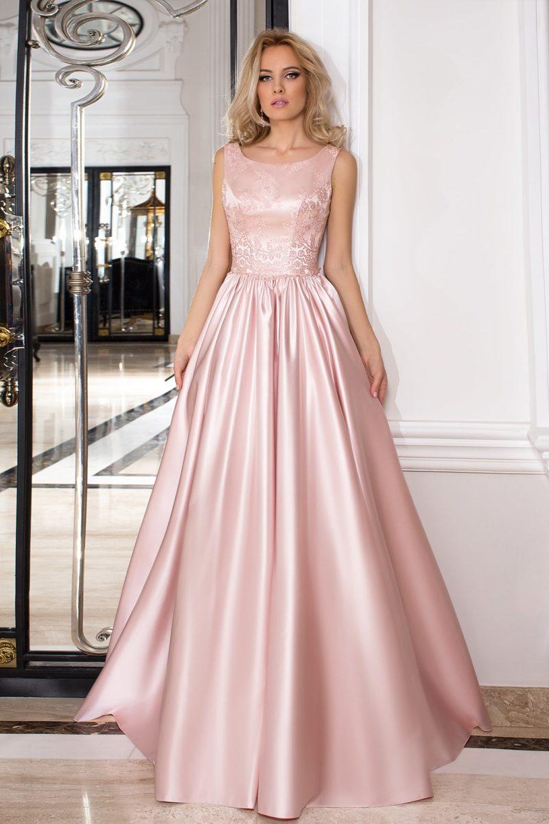 Розовое вечернее платье из фактурной ткани, с пышной юбкой, украшенной сверху складками.