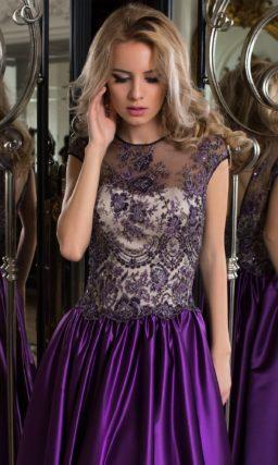 Стильное вечернее платье с полупрозрачной тканью над вырезом и фиолетовой юбкой.