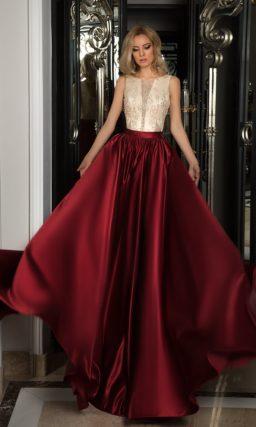 Вечернее платье с бордовой юбкой из атласа и белым корсетом с тонким верхом и вышивкой.