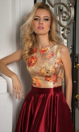 Вечернее платье с роскошным атласным низом бордового цвета и золотистым закрытым верхом.