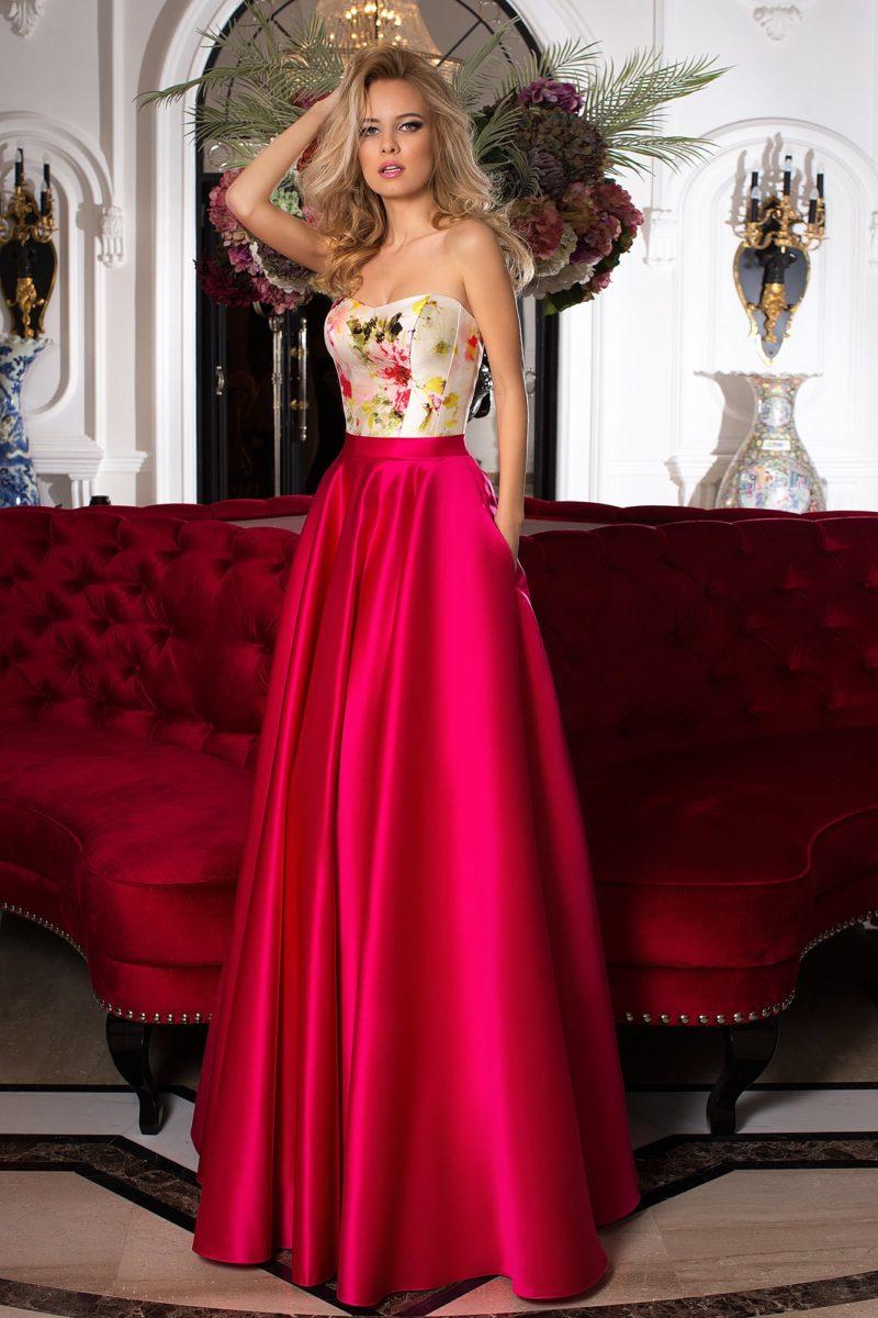 Яркое вечернее платье с корсетом, покрытым цветочным принтом, и алой юбкой из атласа.