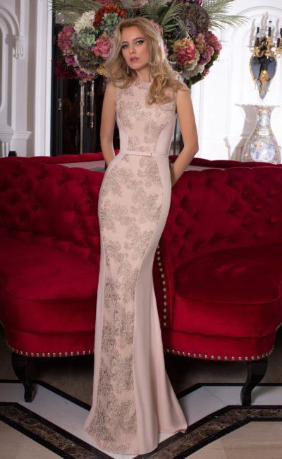 Бежевое вечернее платье элегантного прямого кроя, украшенное фактурной вышивкой.