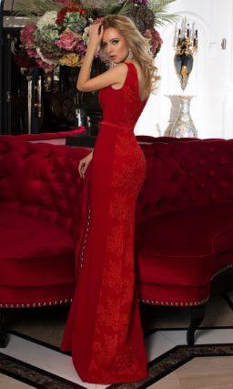 Красное вечернее платье облегающего кроя, романтично декорированное кружевом.