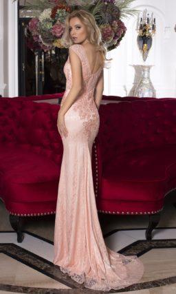 Розовое вечернее платье женственного кроя, декорированное кружевом с мелким узором.