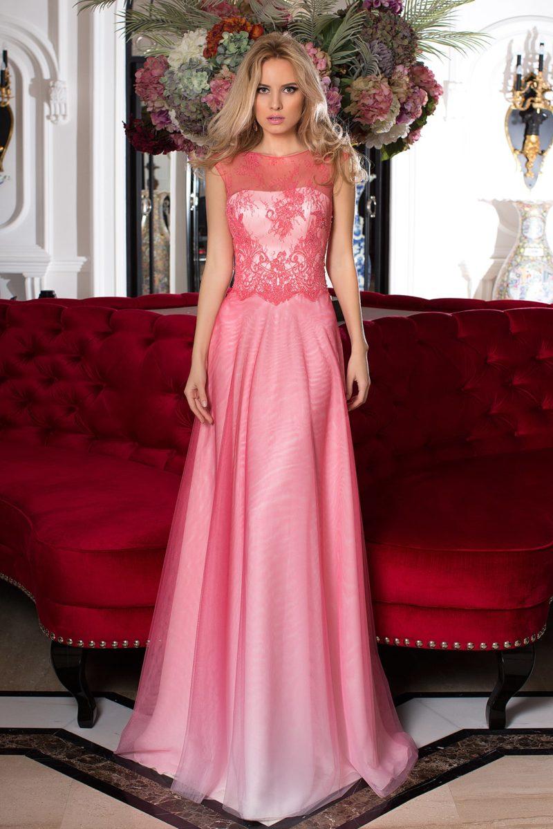 Розовое вечернее платье с многослойной юбкой и кружевным верхом.